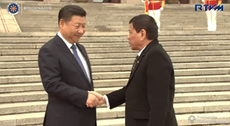 President Rodrigo Duterte shakes hands with Chinese President Xi Jinping.
